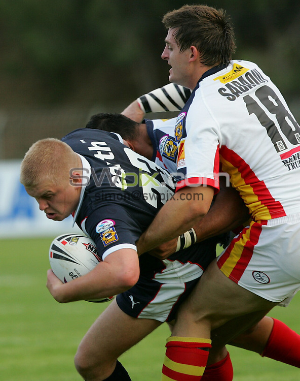 PIX: Rugby League. engage Super League, Round 26. Catalan Dragons-St Helens, Stade Municipal, Canet en Roussillon (Perpignan), 19 aout 2006...COPYRIGHT PICTURE>> SIMON WILKINSON>>0870 092 0092>>....Paul Leyland on the charge...............
