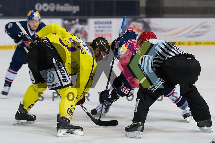 Eishockey, DEL, EHC Red Bull M&uuml;nchen - Krefeld Pinguine <br /> <br /> Im Bild Herberts VASILJEVS (Krefeld Pinguine, 23), Yannic SEIDENBERG (EHC Red Bull M&uuml;nchen, 36) beim Bully beim Spiel in der DEL EHC Red Bull Muenchen - Krefeld Pinguine.<br /> <br /> Foto &copy; PIX-Sportfotos *** Foto ist honorarpflichtig! *** Auf Anfrage in hoeherer Qualitaet/Aufloesung. Belegexemplar erbeten. Veroeffentlichung ausschliesslich fuer journalistisch-publizistische Zwecke. For editorial use only.