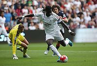 Pictured: Bafetimbi Gomis of Swansea gets past Newcastle goalkeeper Tim Krul (L) to open the score, making it 1-0 to his team Saturday 15 August 2015<br />