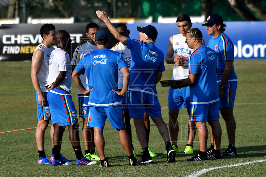 BARRANQUILLA - COLOMBIA - 20 – 03 - 2017: Jose Peckerman (Cent.), tecnico de la Selección Colombia, da instrucciones a los jugadores, durante entreno en las canchas del Polideportivo Universidad Autonoma del Caribe. El equipo colombiano se prepara en Barranquilla para el partido contra el seleccionado de Bolivia el 23 de marzo, partido clasificatorio a la Copa Mundial de la FIFA Rusia 2018. / Jose Peckerman (C), coach of Colombia´s Team, gives instructions to the palyers, during a training in the grounds of the Sports Center of Autonoma del Caribe University. Colombia team prepares in Barranquilla for the match against the national team of Bolivia on March 23, qualifying for the FIFA World Cup Russia 2018. Photo: VizzorImage / Luis Ramirez/ Staff.