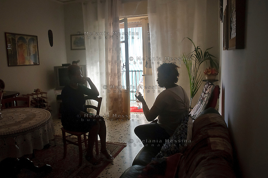 Palermo:Vero, una donna che &egrave; stata vittima della tratta, discute con Isoke Aikpitany le iniziative per  condurre in prima persona battaglie per contrastare il fenomeno della tratta.<br />