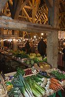 Europe/France/Normandie/Basse-Normandie/14/Calvados/Pays d'Auge/Dives-sur-Mer: jour de marche sous les halles médievalles