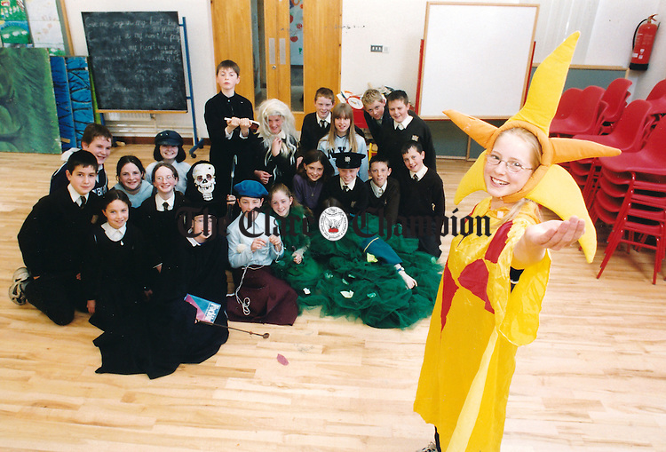 Rang 6 from Gaelscoil Mhichíl Cíosóg in Ennis, who won the All-Ireland Feile Scoil Dramaíochta with their drama, 'Cuirt an Mheanlae' - April 21, 2000. Photograph by John Kelly