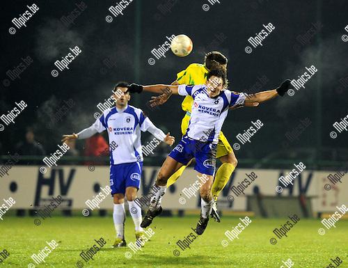 2011-01-19 / voetbal / seizoen 2010-2011 / KSK Heist - Wetteren / Bart Webers (Heist) in een pittig luchtduel..Foto: mpics