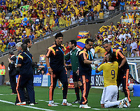 BELO HORIZONTE - BRASIL -14-06-2014. Teófilo Gutiérrez (#9) jugador de Colombia (COL) es atendido por el médico después de sufrir un golpe en la ceja durante partido contra Grecia (GRC) del Grupo C de la Copa Mundial de la FIFA Brasil 2014 jugado en el estadio Mineirao de Belo Horizonte./ Teofilo Gutierrez (#9) player of Colombia (COL) is atended by the medic after receive a hit in his eyebrow during the  Group C match against Grece (GRC) for the 2014 FIFA World Cup Brazil played at Mineirao stadium in Belo Horizonte. Photo: VizzorImage / Alfredo Gutiérrez / Contribuidor