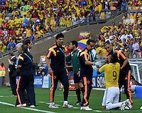 BELO HORIZONTE - BRASIL -14-06-2014. Teófilo Gutiérrez (#9) jugador de Colombia (COL) es atendido por el médico después de sufrir un golpe en la ceja durante partido contra Grecia (GRC) del Grupo C de la Copa Mundial de la FIFA Brasil 2014 jugado en el estadio Mineirao de Belo Horizonte./ Teofilo Gutierrez (#9) player of Colombia (COL) is atended by the medic after receive a hit in his eyebrow during the  Group C match against Grece (GRC) for the 2014 FIFA World Cup Brazil played at Mineirao stadium in Belo Horizonte. Photo: VizzorImage / Alfredo Gutiérrez / Contribuidor