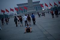 Les derniers présents quittent la place Tiananmen, évacuée pour la nuit. Mai 2009.