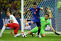 KAZAN - RUSIA, 24-06-2018: Wojciech SZCZESNY arquero de Polonia trata de controlar a  Mateus URIBE de Colombia durante partido de la primera fase, Grupo H, entre Polonia y Colombia por la Copa Mundial de la FIFA Rusia 2018 jugado en el estadio Kazan Arena en Kazán, Rusia. / Wojciech SZCZESNY, goalkeeper of Polonia, tries to control to Mateus URIBE of Colombia during the match between Polonia and Colombia of the first phase, Group H, for the FIFA World Cup Russia 2018 played at Kazan Arena stadium in Kazan, Russia. Photo: VizzorImage / Julian Medina / Cont