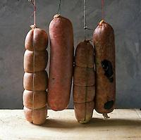 Europe/France/Rhône-Alpes/69/Rhône/Lyon: les saucissons lyonnais de Colette Sibilia: Cervelas nature, Cervelas pistaché, Cervelas  pistaché truffé, Sabodet - Stylisme : Valérie LHOMME