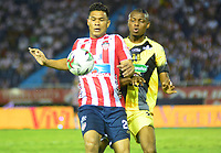 BARRANQUILLA - COLOMBIA ,02-05-2019: Teófilo Gutiérrez (Izq.) jugador del Atlético Junior   disputa el balón con Jeisson Palacios  (Der.) jugador de  Alianza Petrolera   durante partido por la fecha 19 de la Liga Águila I 2019 jugado en el estadio Metropolitano Roberto Meléndez de la ciudad de Barranquilla . / Teofilo Gutierrez (L) player of Atletico Junior fights for the ball withJeisson Palacios (R) player of  Alianza Petrolera    during the match for the date 19 of the Liga Aguila I 2019 played at Metropolitano Roberto Melendez Satdium in Barranquilla City . Photo: VizzorImage / Alfonso Cervantes / Contribuidor.