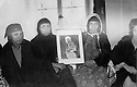 Iraq 1972 .Widows of peshmergas showing a portrait of Mustafa Barzani at the Federation of Women of Kurdistan in Kirkuk .Irak 1972 .Veuves de peshmergas montrant un portrait du general Barzani a la federation des femmes du Kurdistans de Kirkouk