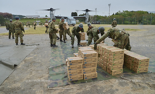 Member of Japan's Ground Self-Defense Force unload aid supplies from U.S. Marines' MV-22 Osprey in Kumamoto prefecture, on April 23, 2016. (Photo by AFLO)
