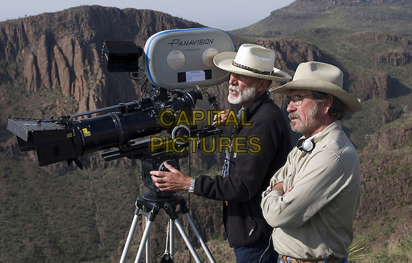 CHRIS MENGES (CINEMATOGRAPHER ) & TOMMY LEE JONES (DIRECTOR).on the set of The Three Burials of Melquiades Estrada.*Editorial Use Only*.www.capitalpictures.com.sales@capitalpictures.com.Supplied by Capital Pictures.