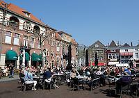 Volle terrassen bij de Oudestraat in Kampen. Plantage