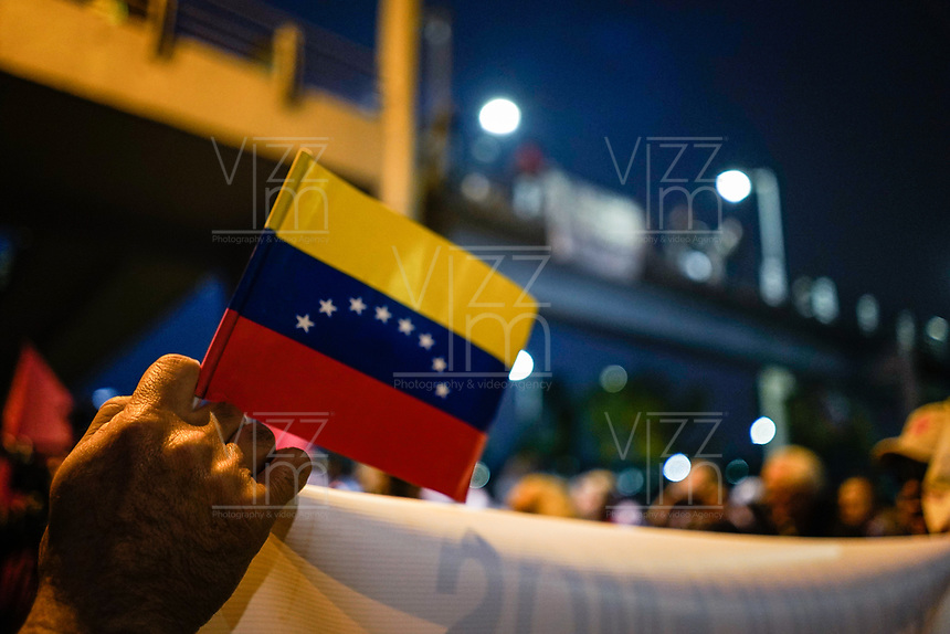 BOGOTA - COLOMBIA, 07-02-2019: Se lleva a cabo marcha y plantón hoy, 07 de enero de 2019, en contra de la guerra, exigiendo que Estados Unidos y Colombia no intervengan en la situación actual de Venezuela en la embajada de Estados Unidos en la ciudad de Bogota. / A sit-down to demonstrate their nonconformity with the war is held today, January 7th, 2019, demanding that the United States and Colombia nonintervention in the current situation of Venezuela in front of the United States Embassy in the city of Bogota. Photo: VizzorImage / Diego Cuevas / Cont.