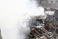 ATENÇÃO EDITOR: FOTO EMBARGADA PARA VEICULOS INTERNACIONAIS - SAO PAULO, SP, 17 DE SETEMBRO 2012 - INCENDIO FAVELA MOINHO -  Incendio na favela do moinho na manhã dessa segunda, 17 -  O fogo atingiu barracos que ficam embaixo da ponte Orlando Murgel, zona central da capital  - não há notícias de feridos - FOTO LOLA OLIVEIRA - BRAZIL PHOTO PRESS
