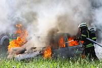 Fahrzeugbrand wird von der Feuerwehr Messel bekämpft - Messel/Egelsbach 12.05.2018: Feuerwehr-Großübung im Wald