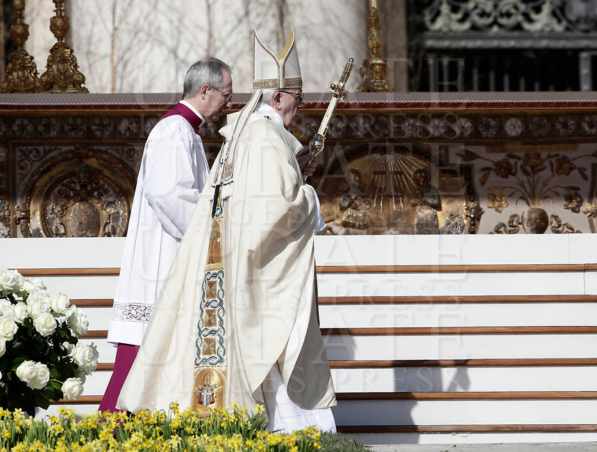 Papa Francesco arriva in Piazza San Pietro per celebrare la Messa di Pasqua. Citt&agrave; del Vaticano, 1 aprile  2018.<br /> Pope Francis arrives to celebrate the Easter mass in Saint Peter's square at the Vatican, on April 1,  2018.<br /> UPDATE IMAGES PRESS/Isabella Bonotto<br /> <br /> STRICTLY ONLY FOR EDITORIAL USE