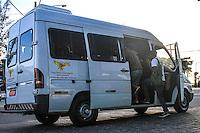 RIO DE JANEIRO, 13.05.2014 - Passageiros pegam van no ponto de ônibus do Posto 12, no Recreio, para ir trabalhar na manhã desta terça-feira após aguardar sem sucesso o transporte coletivo. (Foto: Néstor J. Beremblum / Brazil Photo Press)