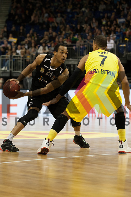 Tuebingens Garlon Green gegen Berlins Alex King <br /> <br /> 19.12.15 BEKO BBL Basketball Bundesliga, ALBA Berlin - WALTER Tigers Tuebingen <br /> <br /> Foto &copy; PIX-Sportfotos *** Foto ist honorarpflichtig! *** Auf Anfrage in hoeherer Qualitaet/Aufloesung. Belegexemplar erbeten. Veroeffentlichung ausschliesslich fuer journalistisch-publizistische Zwecke. For editorial use only.