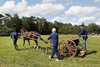 Leusden -  De Stichting Behoud Oude Werktuigen organiseert de jaarlijkse Oogstdag op landgoed Den Treek. Paard en werktuig. Zaaimachine
