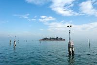 Une le minuscule dans la Lagune entre Burano et Venise. (Venise, Octobre 2006)