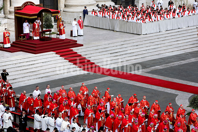 Pope Francis celebrates the Sunday Palm Mass at St Peter Square on April 13, 2014 in Vatican