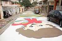 SAO PAULO, SP, 23.04.2014 - PINTURA NA RUA / COPA DO MUNDO - Moradores do Bairro do Mandaqui, na regiao norte da cidade de Sao Paulo, pintaram a rua para celebrar a chegada da Copa do Mundo , na manha deste quarta-feira, 23. (Foto: Andre Hanni /Brazil Photo Press).