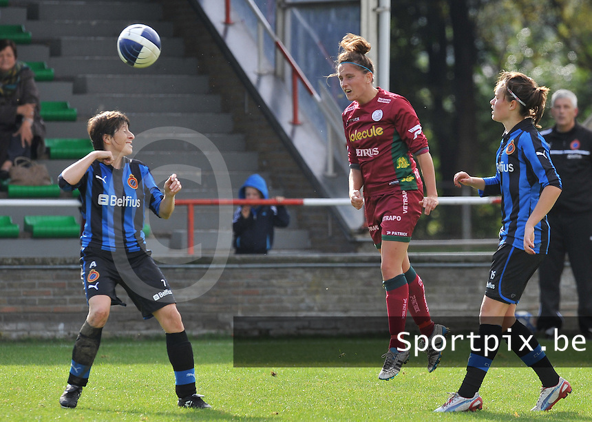 Club Brugge Dames - Dames Zulte Waregem : Kelly Decubber met de kopbal boven Ingrid De Rycke (links) en Charlotte Laridon.foto DAVID CATRY / Vrouwenteam.be