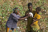 Burkina Faso , Anbau von fairtrade und Biobaumwolle auf Biohof von Farmer Nayaga Daniel im Dorf Dapury bei Ouagadougou, Farmer mit Tochter und Grossmutter / Burkina Faso - organic and fairtrade cotton project