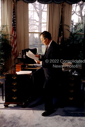 Washington, DC - March 2, 1992 -- United States President George H.W. Bush at work in the Oval Office at the White House in Washington, DC on March 2, 1992. .Credit: Ron Sachs / CNP
