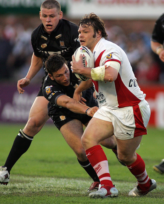 Photo: Paul Thomas..St Helens v Hull RL. Engage Super League. 08/06/2006..Keiron Cunningham of St Helens (R) attacks.