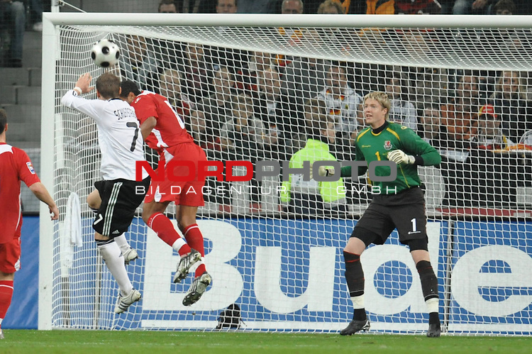 Fu&szlig;ball, L&auml;nderspiel, WM 2010 Qualifikation Gruppe 4 in M&ouml;nchengladbach ( Borussia Park ) <br />  Deutschland (GER) vs. Wales ( GB )<br /> <br /> Torchance fuer Bastian Schweinsteiger ( Ger /  Bayern Muenchen #7) gegen Ashley Williams (Wales #06) re Wayne  Hennessey (Wales #01)<br /> <br /> Foto &copy; nph (  nordphoto  )<br />  *** Local Caption ***