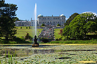 Ireland, County Wicklow, near Bray: Powerscourt Estate, Powerscourt House, view over Triton Lake and fountain to House and Italian Gardens | Irland, County Wicklow, bei Bray: Powerscourt Estate, Blick ueber den Triton Lake mit Fontaene zum Powerscourt House und Italian Gardens