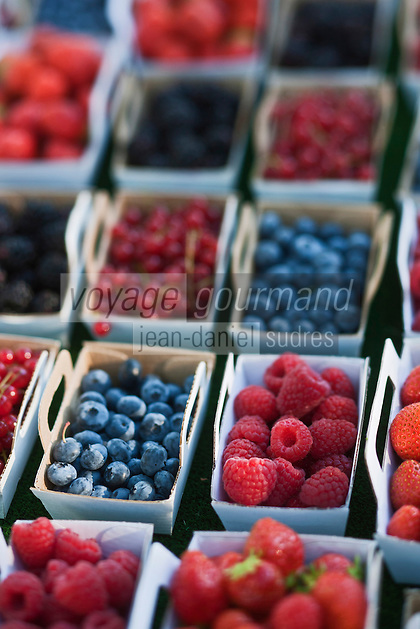 Europe/France/Provence-Alpes-Côte d'Azur/13/Bouches-du-Rhône/Arles: Fruits rouges sur le marché