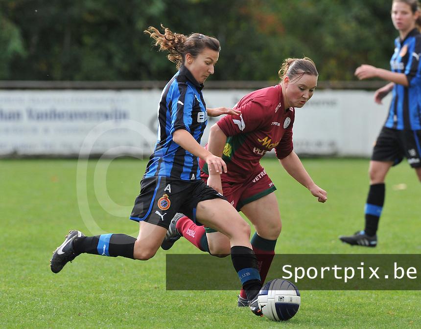 Club Brugge Dames - Dames Zulte Waregem : Evy De Smedt aan de bal voor Liselore Carlier.foto DAVID CATRY / Vrouwenteam.be