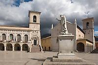 Italien, Umbrien, Piazza San Benedetto in Norcia mit Statue Benedetto, Palazzo Comunale und Basilica di San Benedetto