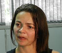 ATENÇÃO EDITOR: FOTO EMBARGADA PARA VEÍCULOS INTERNACIONAIS. SÃO PAULO - SP - 21 OUTUBRO 2012 - MARIA LEE SILVA, mãe da estudante Caroline Silva Lee que foi morta após assalto na Rua Sabará, 318 - Consolação - ontem (20) por volta de 2:00hs. Os criminososo formam presos na Av 23 Maio. FOTO: MAURICIO CAMARGO/BRAZIL PHOTO PRESS.