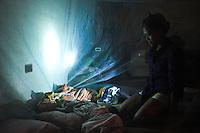 La nuit tombée, Monic esaie de protéger un maximum son fils Ramon des moustiques grâce aux moustiquaires que les aides humanitaires lui ont fournie.Tacloban, Novembre 2013. VIRGINIE NGUYEN HOANG