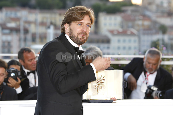 Director Ruben Oustland with the Palme d'Or for the movie 'The Square' at the award winner photocall during the 70th Cannes Film Festival at the Palais des Festivals on May 28, 2017 in Cannes, France | Verwendung weltweit/picture alliance /MediaPunch ***FOR USA ONLY***