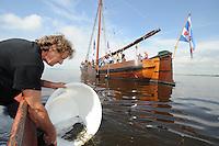 ALGEMEEN: TJEUKEMEER: 21-05-2014, Uitzetten Gasaaltjes, Beroepsvisser Eppie Visser, ©foto Martin de Jong