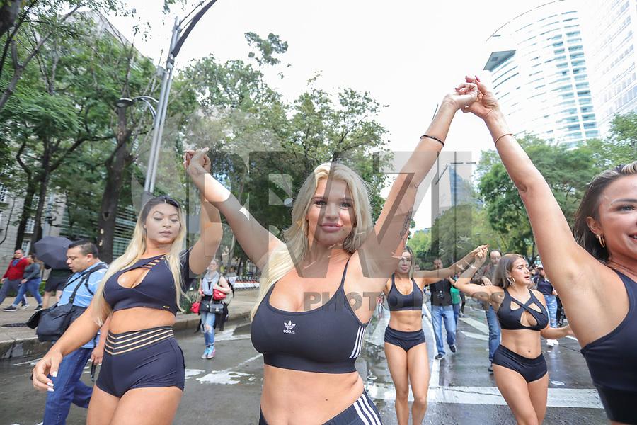 CIDADE DO MÉXICO, MEXICO, 29.09.2019 - MISS-BUMBUM - Jessica Jensen - Australia candidata do Miss Bumbum World possa para foto durante passeata com a bandeira do concurso e balões verde em protesto a favor do reflorestamento na Amazônia na região central da Cidade do México capital mexicana neste domingo, 29, As candidatas estão na cidade para participar da final do concurso Miss Bumbum World que acontece amanhã 30 de setembro em uma casa de eventos da Cidade do México A campeã vai faturar 100 mil dólares em contratos publicitários. (Foto: William Volcov/Brazil Photo Press)