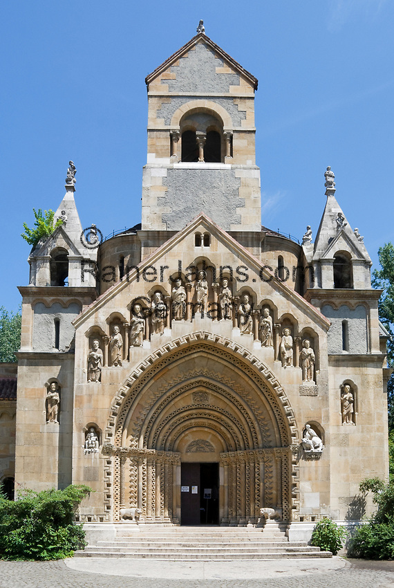 HUN, Ungarn, Budapest, Stadtteil Pest: im Stadtwaeldchen: Nachbau Portal der Klosterkirche in Ják, Teil der Burg Vajdahunyad | HUN, Hungary, Budapest, Pest District: church from Ják, portal, inside of the Vajdahunyad Castle