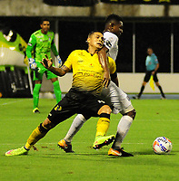 BARRANCABERMEJA- COLOMBIA - 02 - 10 - 2017: Cesar Arias (Izq.) jugador de Alianza Petrolera, disputa el balón con Faber Cañaveral (Der.) jugador de Once Caldas, durante partido Alianza Petrolera y Once Caldas, de la fecha 14 por la Liga Aguila II 2017  en el estadio Daniel Villa Zapata en la ciudad de Barrancabermeja. / Cesar Arias (L) player of Alianza Petrolera, figths the ball with Faber Cañaveral (R) player of Once Caldas, during a match between Alianza Petrolera and Once Caldas, of the date 14th for the Liga Aguila II 2017 at the Daniel Villa Zapata stadium in Barrancabermeja city. Photo: VizzorImage  / Jose D Martinez / Cont.