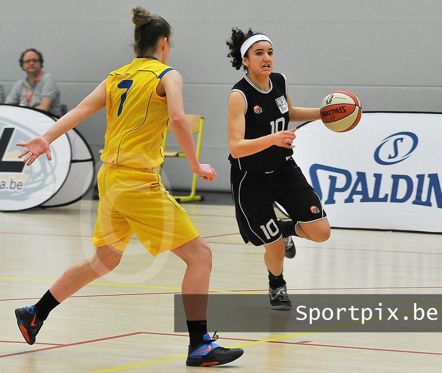 Beker Van Vlaanderen U19 meisjes ; Sint - Katelijne - Waver - Basket Lummen : Hind Ben Abdelkader aan de bal .foto VDB  / Bart Vandenbroucke