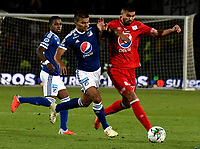 BOGOTÁ - COLOMBIA, 18-01-2019: Jhon Duque (Izq.) jugador de Millonarios disputa el balón con Julián Guevara (Der.) jugador de América de Cali, durante partido Millonarios y América de Cali, por el Torneo Fox Sports 2019, jugado en el estadio Nemesio Camacho El Campin de la ciudad de Bogotá. / Jhon Duque (L) player of Millonarios vies for the ball with Julian Guevara (R) player of America de Cali, during a match between Millonarios and America de Cali, for the Fox Sports Tournament 2019, played at the Nemesio Camacho El Campin stadium in the city of Bogota. Photo: VizzorImage / Luis Ramírez / Staff.