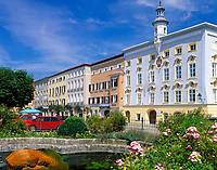 Deutschland, Bayern, Oberbayern, Chiemgau: Tittmoning - Stadtplatz mit Rathaus | Germany, Bavaria, Upper Bavaria, Chiemgau: Tittmoning - Town Square with town hall