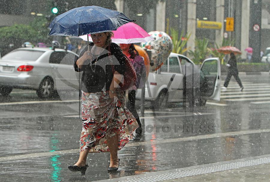 SAO PAULO, SP, 07 FEVEREIRO 2013 - CHUVA SP -  Chuva Forte atinge a capital nessa tarde na av Paulista  regiao central da capital, a chuva deve se estender pelo restante do dia nessa quinta-feira, 07.  (FOTO:LEVY RIBEIRO / BRAZIL PHOTO PRESS)