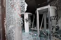SAO PAULO,SP,19 DE JUNHO DE 2013 - RESCALDO PROTESTO PASSE LIVRE - SAO PAULO -  Rastros das depredações ocorridas durante os protestos do Movimento Passe Livre (MPL) contra o aumento da tarifa do transporte público no centro de São Paulo na noite de terça-feira (19). Ao menos 47 pessoas foram presas por saques e depredações de lojas no centro da capital paulista, na noite passada. FOTO:WARLEY LEITE/BRAZIL PHOTO PRESS