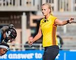 Laren -  scheidsrechter Lizelotte Wolter tijdens de Livera hoofdklasse  hockeywedstrijd dames, Laren-Oranje Rood (1-3).  COPYRIGHT KOEN SUYK